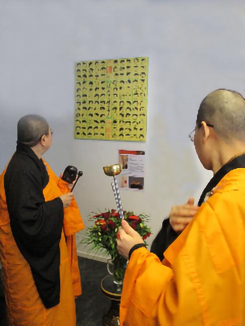 Neel Korteweg Boeddhistische Priesters zegenen de Expositie 26 april 2012