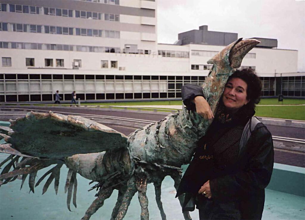 Neel Korteweg bij de bronzen Zeebelle Bergen op Zoom 2005