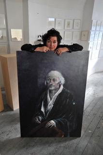 Neel Korteweg op atelier met schilderij van Erasmus